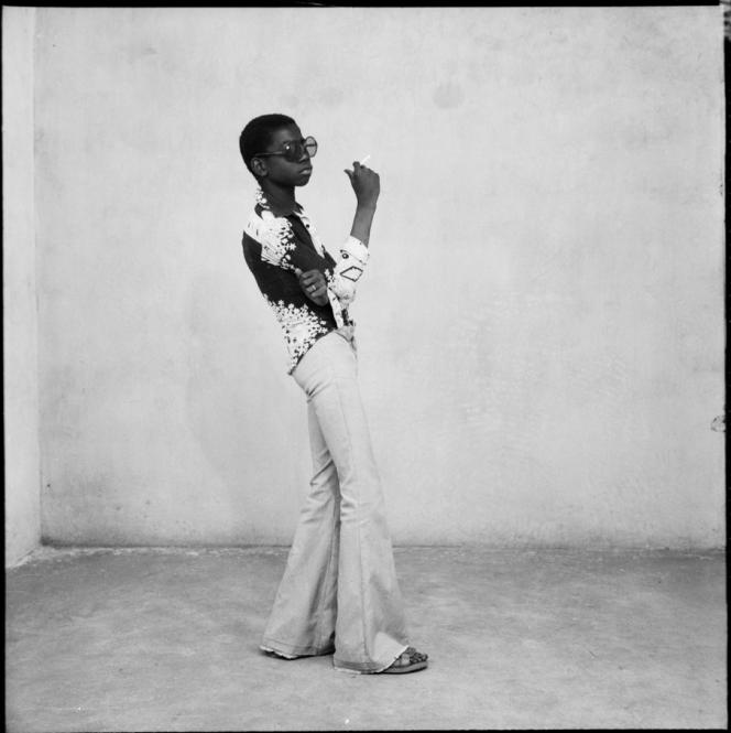 Malick Sidibé, Un Yé-yé en position, 1963 (c) Malick Sidibé. Courtesy Galerie MAGNIN-A, Paris