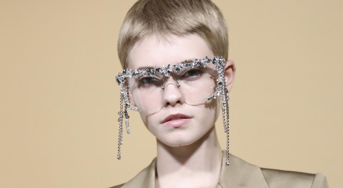00cf90b29 A Givanchy também entrou na onda e ornou suas modelos com os óculos mais  bonitos da temporada: