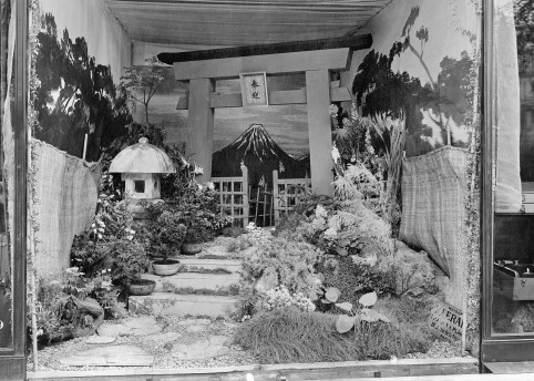 Vitrine exterieure du Magasin Louis Vuitton a Paris, 70 avenue des Champs-Elysees, en 1921 : Gaston-Louis Vuitton met en scene un jardin japonais dans la vitrine du magasin en l'honneur de la visite du prince imperial Hirohito, a Paris en 1921.